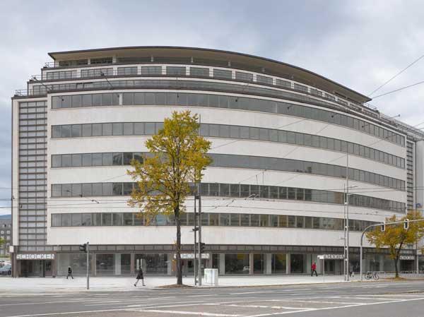Die sanierte Fassade des ehemaligen Kaufhaus Schocken – Sitz des Staatlichen Museums für Archäologie Chemnitz./Fotograf: Roland Halbe